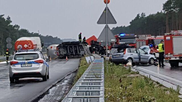 Zderzenie trzech aut i cysterny, dwie osoby w szpitalu