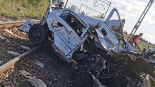 Car hit by express train. Injured 19-year-old woman in hospital