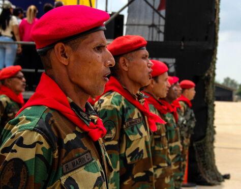 """Pojednawcze gesty Maduro. """"Pali mu się grunt pod nogami"""""""