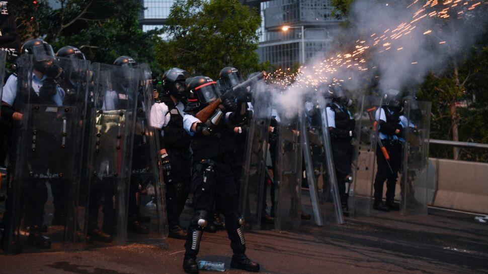 """Policja użyła gazu i gumowych kul. """"Czyści"""" ulice Hongkongu z protestujących"""
