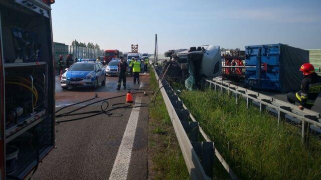 Ciężarówka przewróciła się na bariery i zablokowała autostradę A4 na dziewięć godzin