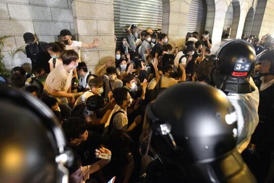 Starcia policji podczas strajku w Hongkongu