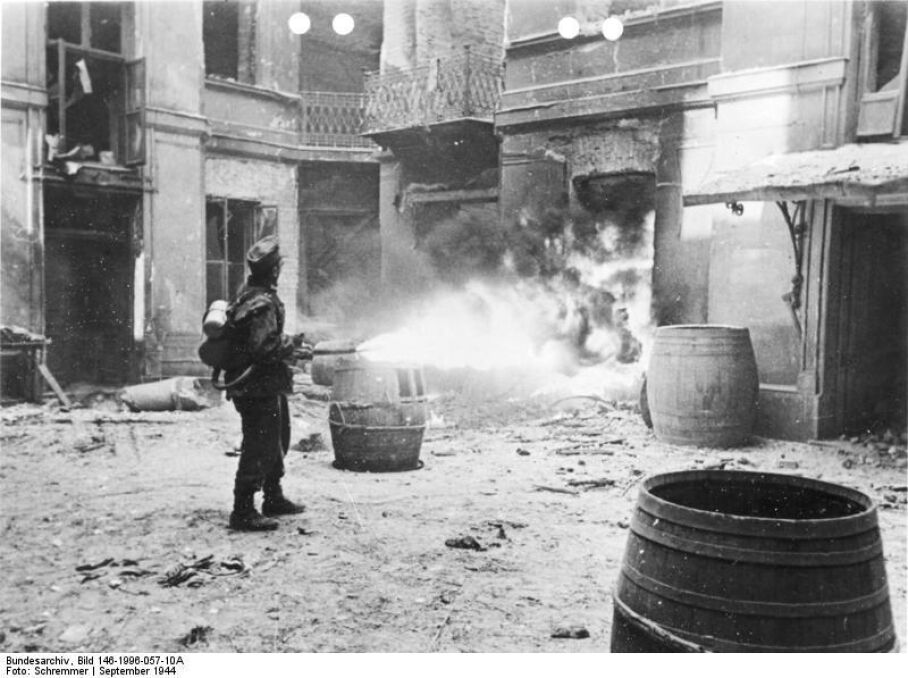 Niszczenie budynków miotaczami ognia przez oddziały niemieckie