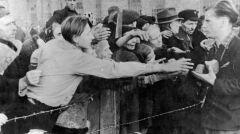 Rozdawanie chleba dla wypędzonych mieszkańców Warszawy