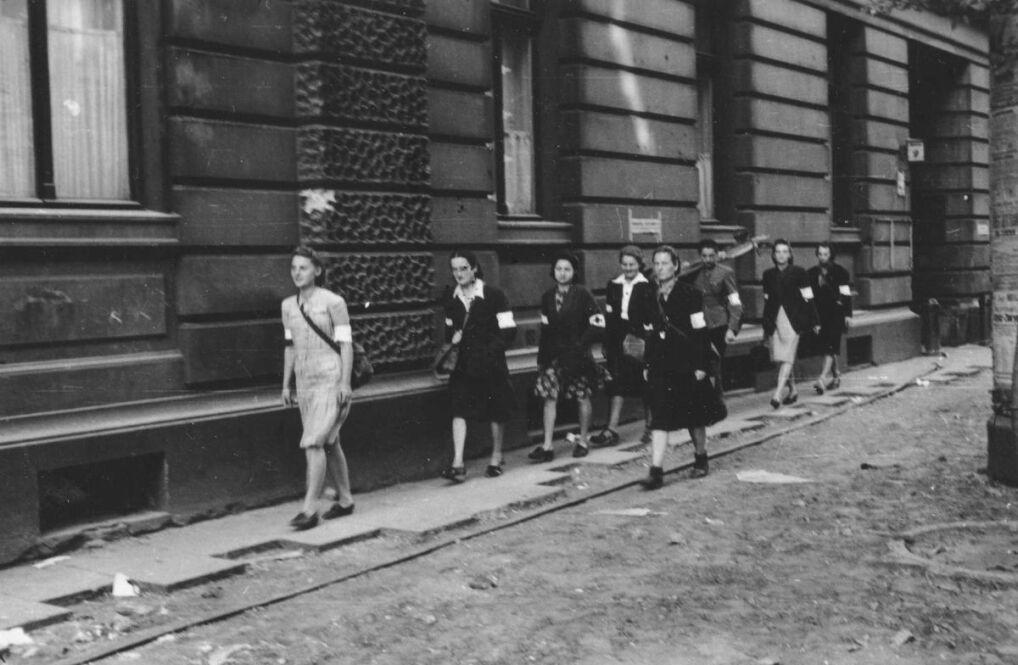 Patrol sanitarny Wojskowej Służby Kobiet na ul. Moniuszki 9