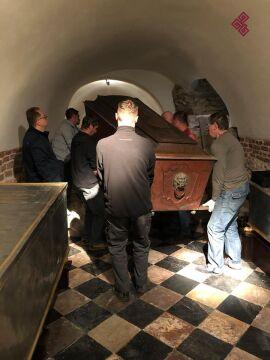 Sarkofagi zostały przetransportowane do pracowni