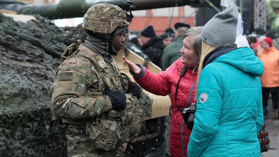 """""""Najlepsza, najsilniejsza, najwspanialsza armia świata"""". Premier powitała amerykańskich żołnierzy"""