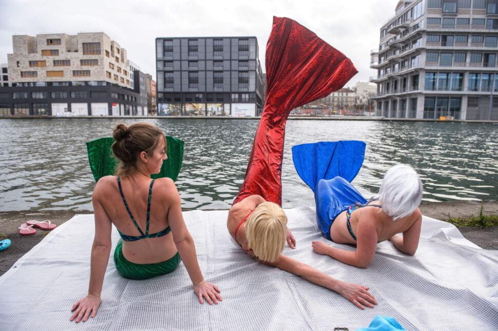 Kobiety w stroju syren nad kanałem de l'Ourq w Pantin pod Paryżem