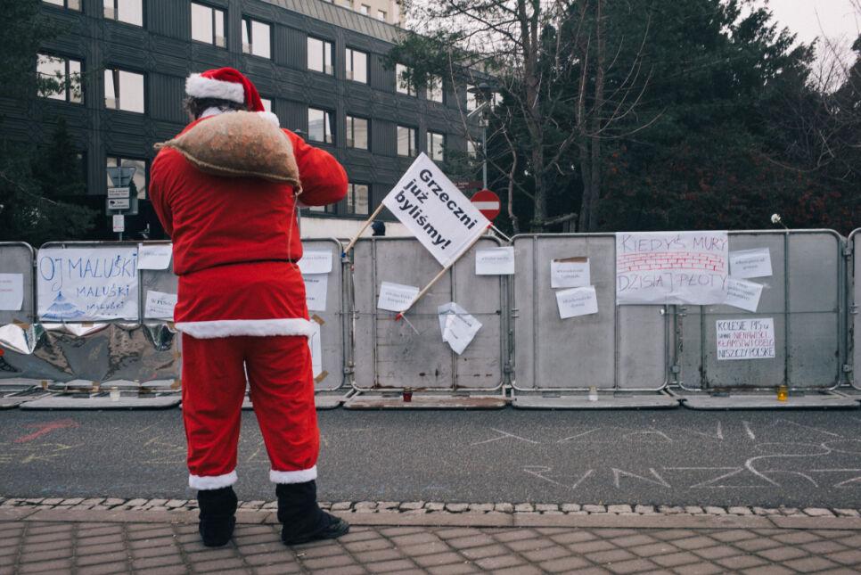 Mężczyzna pod Sejmem w stroju Świętego Mikołaja