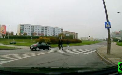 Piesi na przejściu, kierowca jedzie dalej