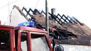 Doszczętnie spłonęło poddasze domu. Strażacy  w zgliszczach znaleźli ciało