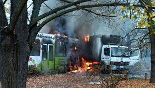 """""""Wjechał wprost pod tramwaj"""". Po zderzeniu pojazdy stanęły w ogniu"""