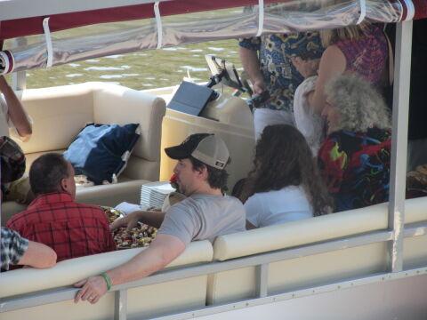 Muzycy z Queen na łódce