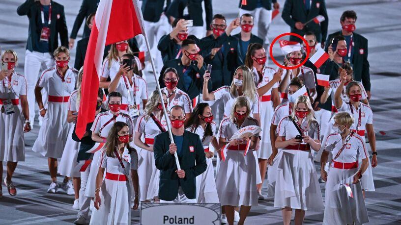 Polka z flagą innego państwa podczas ceremonii otwarcia igrzysk