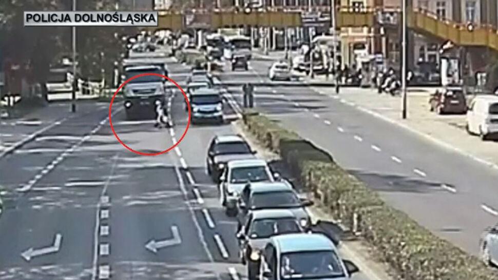 Nie mogła wejść na kładkę, utknęła na środku ruchliwej drogi. Pomógł policjant