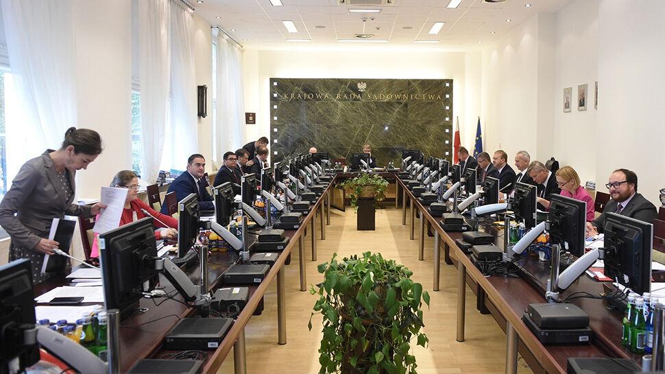 100 głosów za, 6 przeciw. KRS zawieszona przez Europejską Sieć Rad Sądownictwa