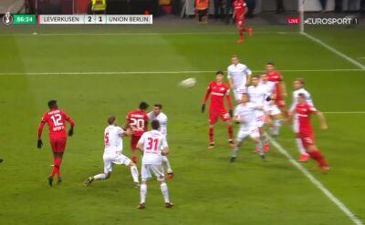 Piękny strzał głową Aranguiza, Bayer bliżej półfinału Pucharu Niemiec