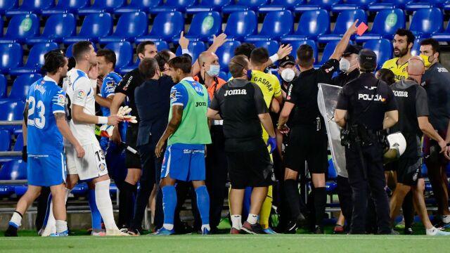 Pięści poszły w ruch, piłkarzy rozdzielała policja. Skandaliczny finał meczu w Hiszpanii