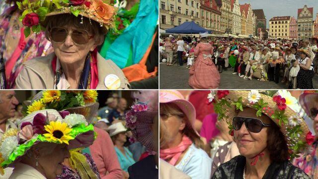 """Kolorowe kapelusze zalały wrocławski Rynek. """"To największe święto seniorów"""""""