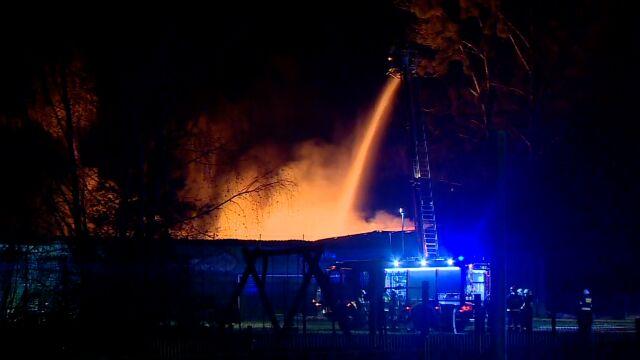 Dwie hale w płomieniach. Strażacy