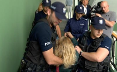 The police removes the protesters from the KRS building