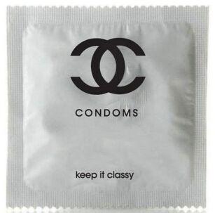 118d0aaf4c2b4 Prezerwatywa Chanel kosztowała 279 dolarów (fot. materiały prasowe). Louis  Vuitton należy do jednego z ...