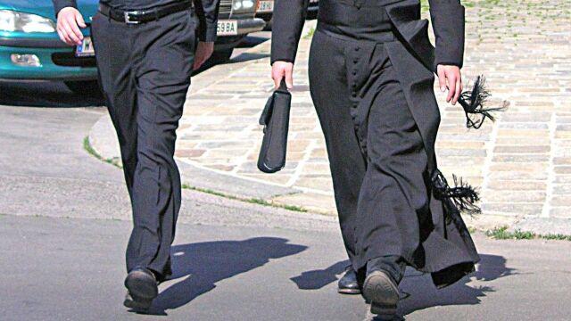 Życie w celibacie sprzyja molestowaniu dzieci? Raport australijskiej komisji kościelnej