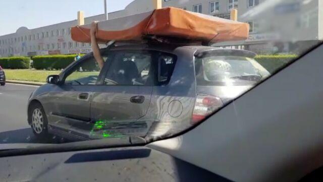 Otworzyli okna i wyciągnęli ręce. By trzymać łóżko na dachu auta