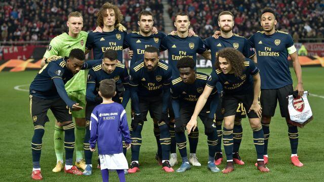 Chłopczyk zagubił się na boisku. Trafił na zdjęcie z gwiazdami Arsenalu