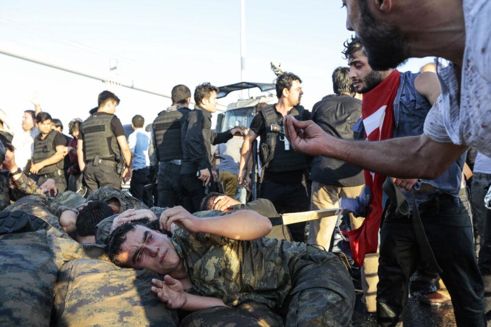 Cywile krzyczą na żołnierzy, biorących udział w próbie zamachu stanu w Turcji