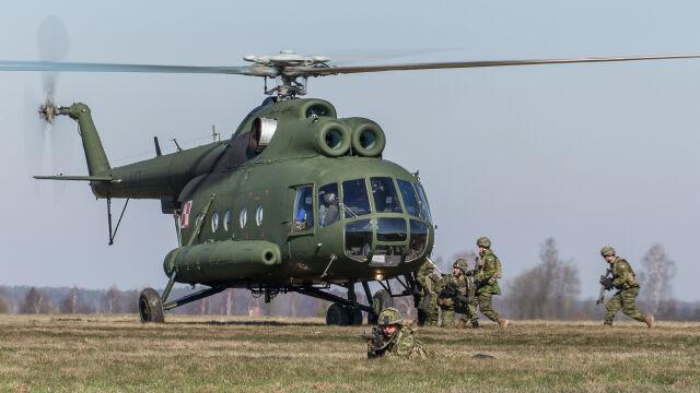 Starszy śmigłowiec Mi-8 służący do transportu żołnierzy kawalerii powietrznej
