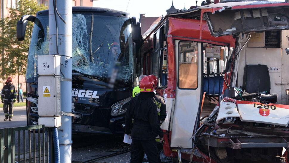 Bez aresztu dla kierowcy autokaru, który zderzył się z tramwajem