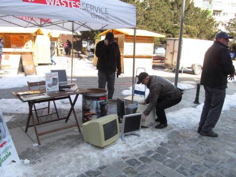 Ludzie przynosili stare komputery i telewizory