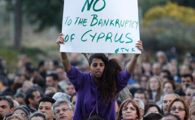 Cypryjczycy protestują przed siedzibą UE w Nikozji
