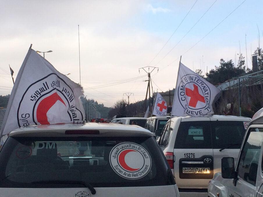 Samochody organizacji pomocowych wjeżdżające w rejon konfliktu są zawsze dobrze oznaczone