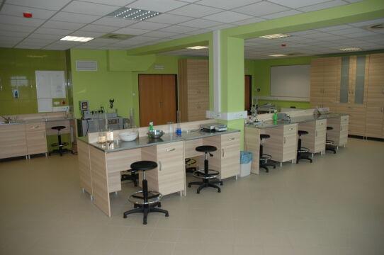 14 stanowisk dla studentów jest w nowoczesnym laboratorium geotechnicznym