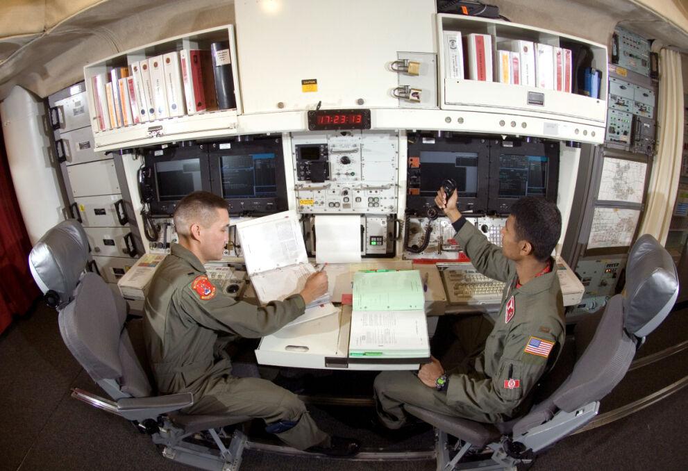 Stanowisko kontroli rakiet międzykontynentalnych Minuteman III. Z ukrytego kilkanaście metrów pod ziemią wzmocnionego bunkra dwóch oficerów USAF kontroluje do dziesięciu silosów