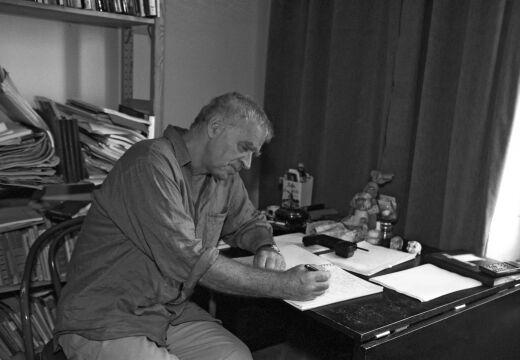 Janusz Głowacki w swoim mieszkaniu przy ul. Bednarskiej (1997 rok)