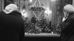 Boże Narodzenie w PRL. Witryna sklepu z dekoracjami świątecznymi
