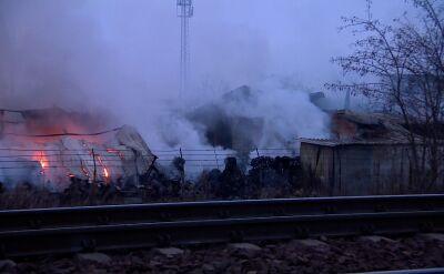 Strażacy walczą z pożarem sortowni odpadów