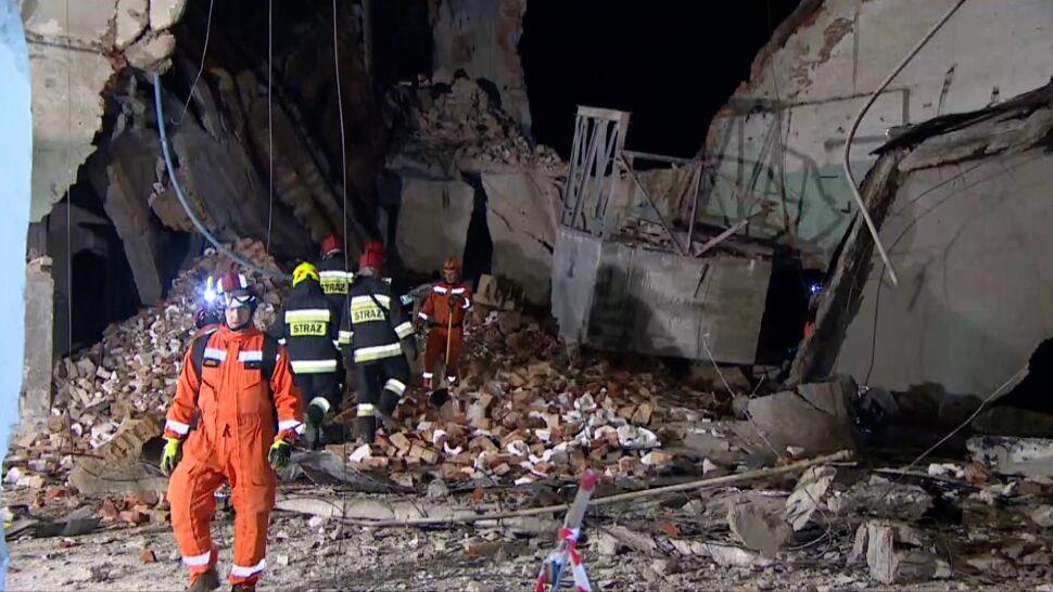 Najpierw runęła ściana, później strop fabryki. Psy wskazały, że pod gruzami mogą być ludzie
