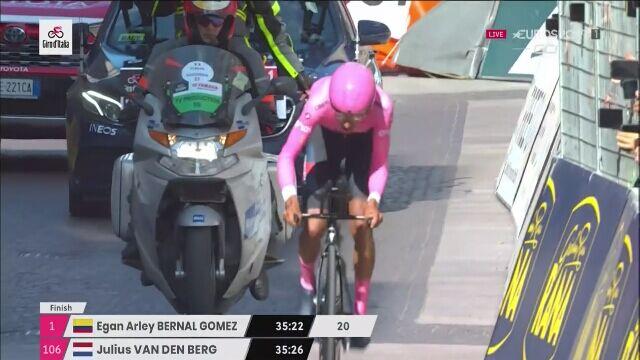 Szczęśliwy Egan Bernal w objęciach partnerki na mecie Giro d'Italia