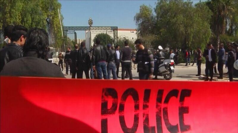 Zamachowcy ostrzelali turystów przed Muzeum Bardo