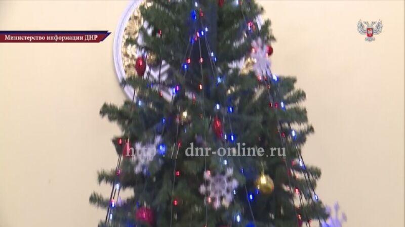 Deputowani Dumy przywieźli prezenty noworoczne dzieciom w Doniecku