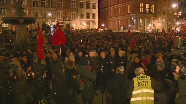 Thousands of residents of Gdańsk gathered around the statue of Neptune at the Long Market