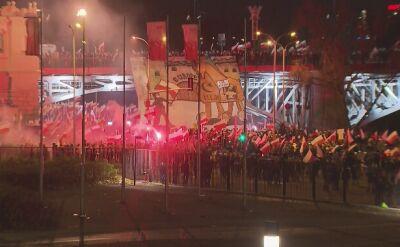 Uczestnicy marszu narodowców schodzą z mostu Poniatowskiego na Wybrzeże Szczecińskie