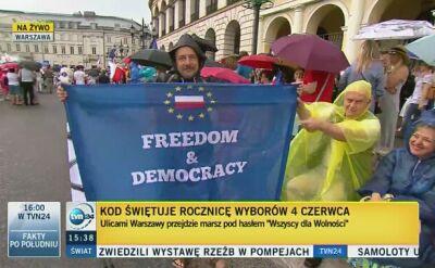 """Uczestnicy marszu KOD """"Wszyscy dla Wolności"""" zbierają się na Pl. Bankowym"""