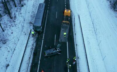 Pięć pojazdów, w tym autobus z dziećmi. Trzy ofiary śmiertelne wypadku