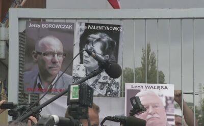 Ściąganie portretów z bramy Stoczni Gdańskiej