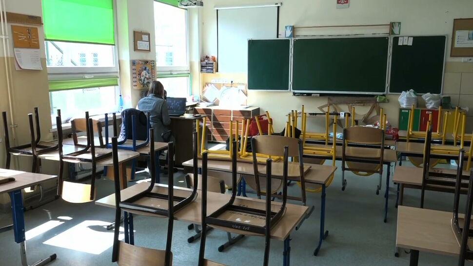 Szkoły podstawowe i ponadpodstawowe wracają do trybu stacjonarnego